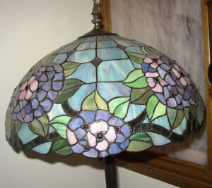 BEAUTIFUL STAINED GLASS FLOOR LAMP
