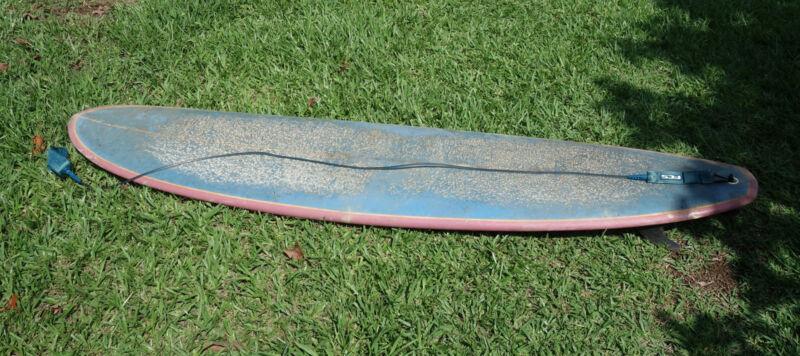 Die Leash sollte mindestens so lang sein wie das Surfboard.