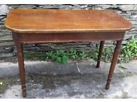 Victorian mahogany side table Curved front set on turned legs