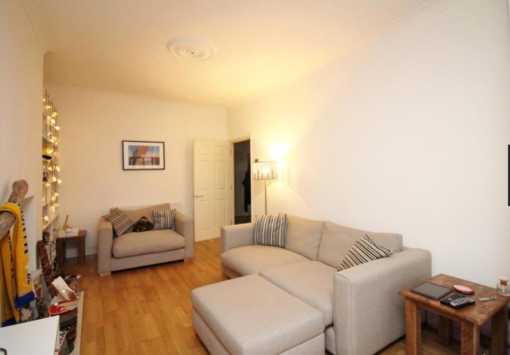 2 bedroom flat in Rosemary Avenue, London