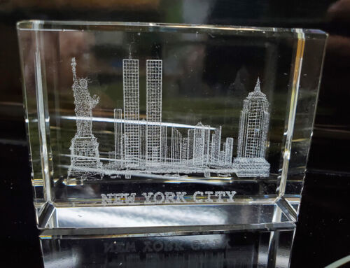 NEW YORK CITY SKYLINE Laser Etched Glass Paperweight Block Twin Towers Liberty