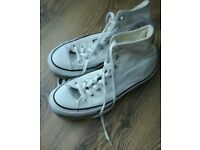 Ladies trainers in good condtion white. Size 8