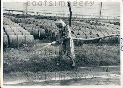 1941 WWII Era Netherlands ARP Volunteer Cleans Gas Off Road Press Photo (Gas-offroad)