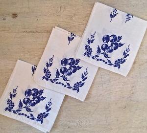 Antiquité. Collection. Trois serviettes de table. Coton. Cerises