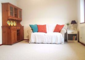 Gorgeous light newly carpeted and refurnished 2 bed flat in Falmouth, 0.2 miles from the moor.