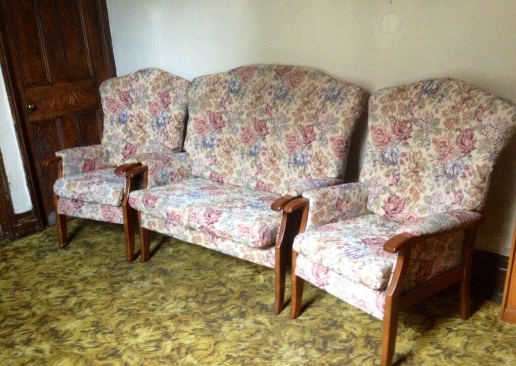 Two Seater Sofa Amp Two Armchairs Cottage Suite Style In
