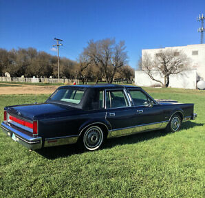 1984 Lincoln Town Car. Fully Loaded. Sunroof and more.