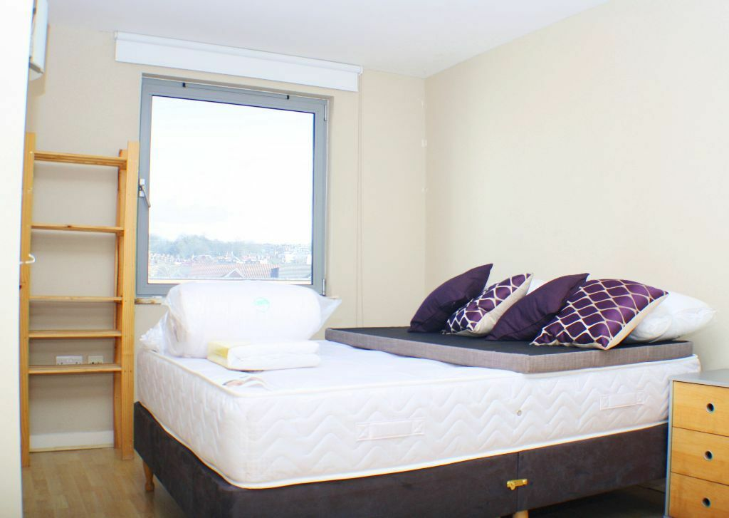 Delightful 1 bedroom apartment within the popular Deals Gateway development, Deptford Bridge DLR