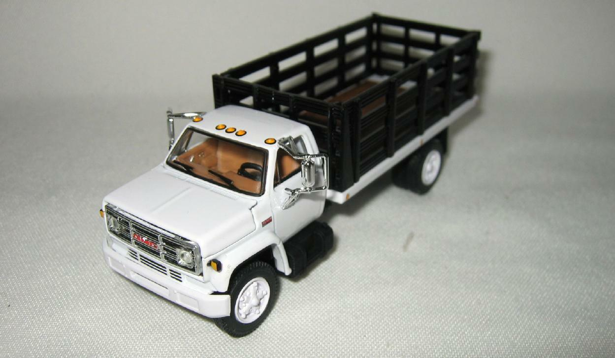 1/64th DCP 60-0891 GMC 6500 427 Engine White With Single-Axle Black Stake Box