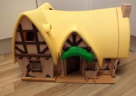 Disney Big Snow White and the Seven Dwarves Cottage + wooden furniture