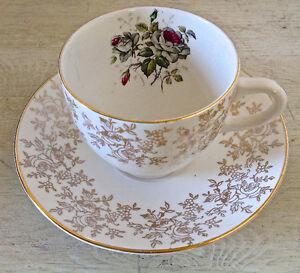 Antiquité. Collection. Ensemble tasse et soucoupe. Angleterre