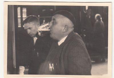 (F21353) Orig. Foto Berlin Anhalter Bahnhof, Mann trinkt Bier am Kiosk 1938