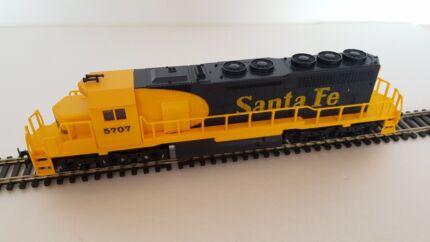 Model Railway 00/HO IHC Santa Fe diesel engine with 8 wheel drive