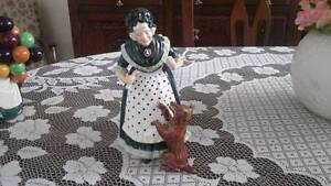 """ROYAL DOULTON """"OLD MOTHER HUBBARD"""" FIGURINE Oaklands Park Marion Area Preview"""