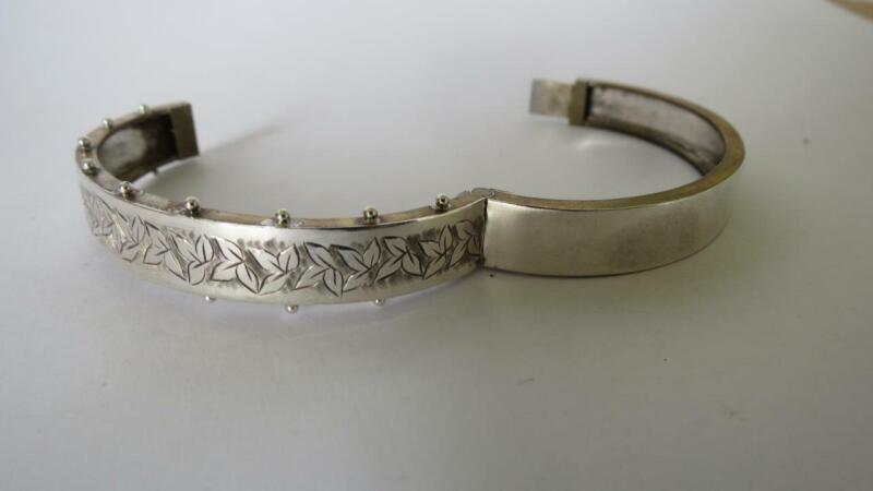 Victorian Henry Walker 800 Silver Front Foliate Chased Ivy Hinged Bangle