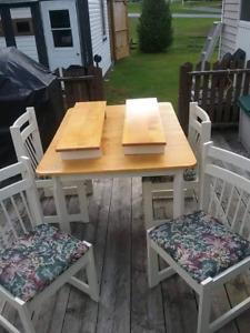 Table de cuisine avec 4 chaises et 2 rallonges $125