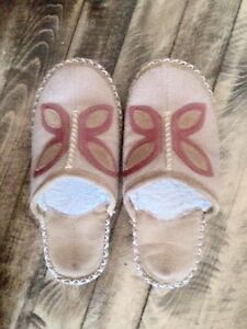 Ladies Earth Spirit leather slippers. Size 7 1/2