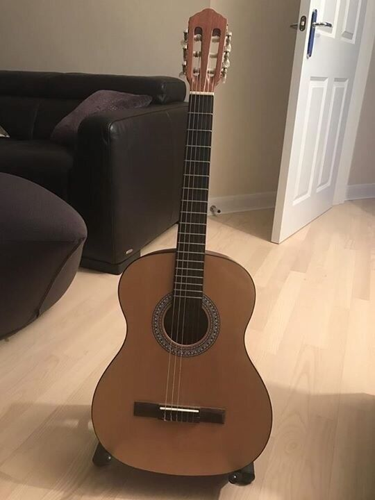 3/4 guitar and accessories