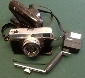 Canon Canonet camera and mountable flash