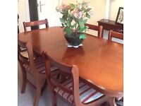 EXTENDING RECTANGULAR DINING ROOM TABLE IN CHERRY, 2 CARVERS AND 4 DINING CHAIRS