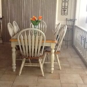 SOLID WOOD ANTIQUE FINISH KITCHEN TABLE