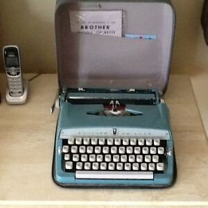 Antique BROTHER DELUXE  portable typewriter West Island Greater Montréal image 6