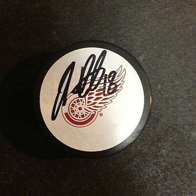 NHL Detroit Red Wings Official Signed ice hockey puck Ian White  #18 Red Wings Ice Hockey