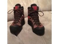 Salomon hiking boots size 5 1/2 ladies