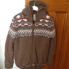 BOYS TU CLOTHING BROWN HOODED PATTERN MATERIAL JACKET WITH WARM FLEECE LINING & ZIP FASTENING