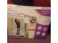 Dreambaby pressure fit wide hallway/stair gate
