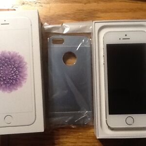 Bell /virgin Apple iPhone 5s-16gb white/silver with case $250 Peterborough Peterborough Area image 3