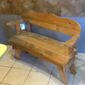 Causeuse d'enfant en bois / Wood children love seat