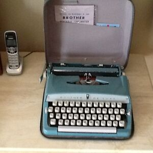 Antique BROTHER DELUXE  portable typewriter West Island Greater Montréal image 7