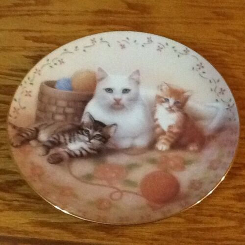 "COLLECTABLE  CAT PLATE ""THE ROYAL FAMILY """