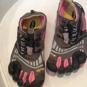 girls vibram pink and grey toe shoes