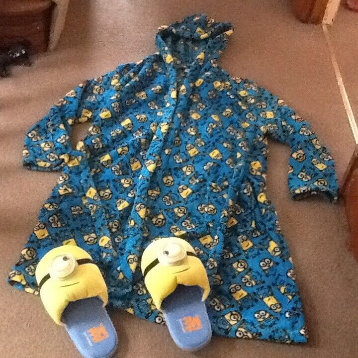 BOYS HOODED DESPICABLE ME MINION DRESSING GOWN AGE 13-14 YRS & SLIPPERS SIZE S GOOD CONDITION