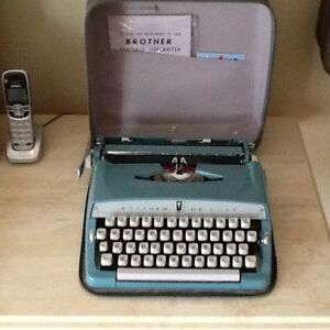 Antique BROTHER DELUXE  portable typewriter West Island Greater Montréal image 5
