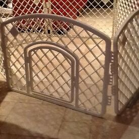 Puppy pen....6 white plastic panels that join up