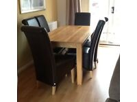 Beautiful Oak Table and six leather chairs in excellent condition