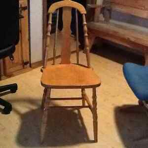Belle chaise en bois vernis/ Wood chair