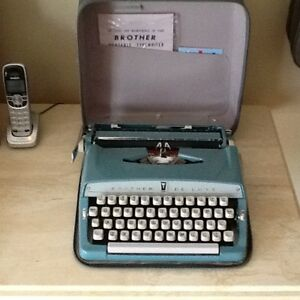Antique BROTHER DELUXE  portable typewriter West Island Greater Montréal image 4
