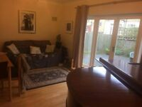 En-suite double room in very large detached house with responsible musicians: piano, parking, garden