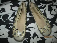 ROCKET DOGS SIZE 8 CREAM FLATS WITH BLACK OWL DESIGN ON THEM