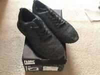 PAIR FABRIC DESIGNER LABEL GREY/BLACK CASUAL SHOES SIZE 6 ( LIKE NEW )