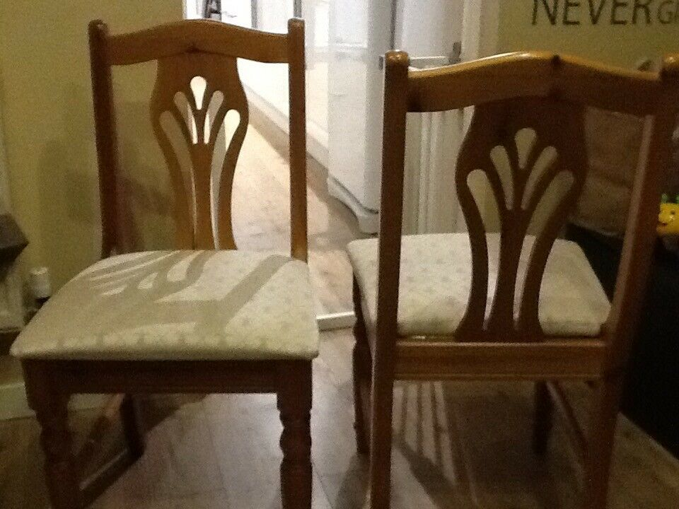 Solid pine oval extending table & 6 pine chairs excellent condition