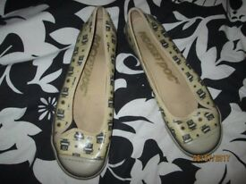 ROCKET DOGS CREAM FLATS LEATHER LOOK WITH OWL DESIGN ON THEM SIZE 8