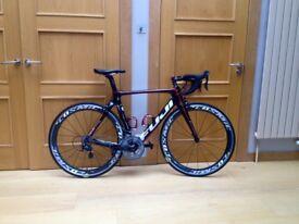 Fuji Transonic 2.7 Carbon Frame road bike. Mavic Cosmic carbon wheels
