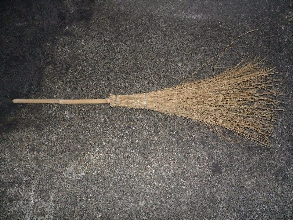Halloween Witch's broom very big and bushy 138cm very sturdy Collect Brighouse