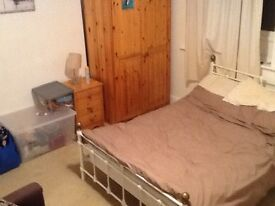 NO BOND, NO FEES!LARGE DOUBLE ROOM IN 2 BEDROOM FLAT