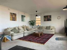 2 bedroom flat in St. Andrews Court, London, W4 (2 bed) (#1056160)